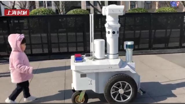 视频 | 跨年夜 外滩迎来了这个大眼萌警用机器人