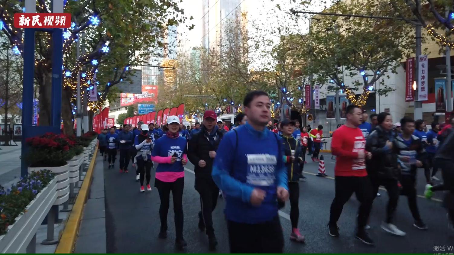 视频   清晨,他们在上海新年第一缕阳光中奔跑