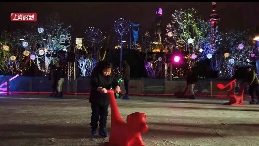 视频   滑冰 舞蹈 欢声笑语~在这里体验冰雪跨年夜
