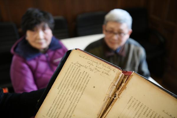 上海历史博物馆接受市民捐赠埃德加·斯诺签名版《西行漫记》