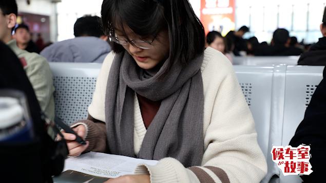 【新春走基层】寒假回家带一箱书!大一女生:不怕课本厚,学就完事了 | 候车室的故事⑤