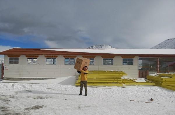 """苏宁""""乡村跑男""""年货节西藏送装实录:雪山开车两小时"""