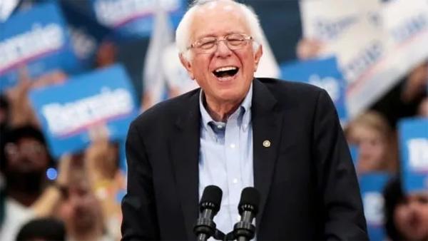 """四年前赢过希拉里、四年后打败拜登…80岁的民主党""""异类""""桑德斯到底何许人?"""
