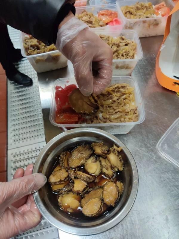 侬是模子!上海80后在武汉为医护免费送餐,鲍鱼饭也上了!连吃两周泡面的护士哭了~