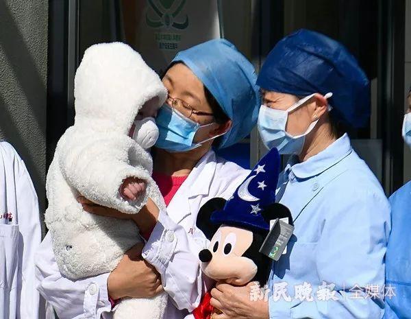 7个月女婴治愈!上海最小新冠肺炎患儿今天上午出院