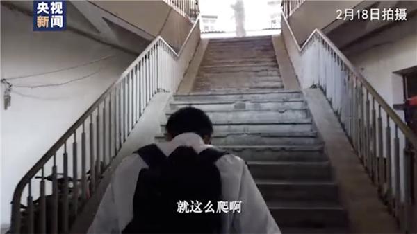 武汉Vlog丨背40斤消毒水爬9层楼 体验武汉社区网格员的一天