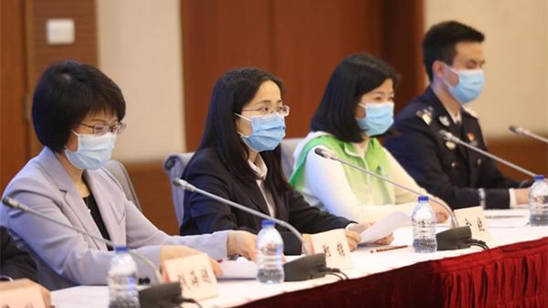 上海市疫情防控新闻发布会今天满50场 话筒交给5位抗疫一线普通劳动者 | 疫情防控发布会