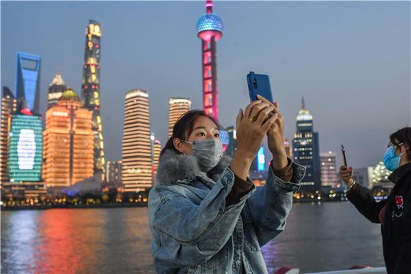 """上海浦江游览下午恢复运营 第一位登船的游客名叫""""喜庆"""""""