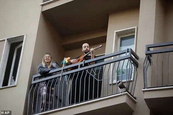再艰难也要歌唱!宅在家的意大利人,把阳台变成了歌剧院...好听度Max