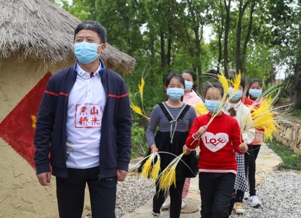 湖北京山市长直播煮饭、熬粥、做米糕,65万拼多多网友围观半小时销售3万斤大米