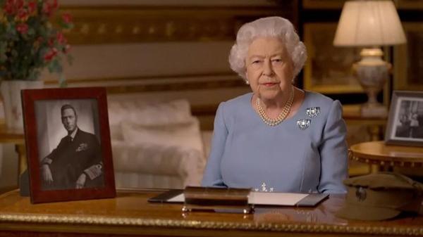 """庆祝二战胜利,马克龙被骂上热搜,英国女王出演新版""""国王的演讲"""""""