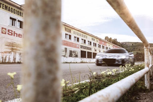 """玛莎拉蒂MC20原型车驰骋西西里赛道 纪念传奇""""四连胜""""八十周年"""