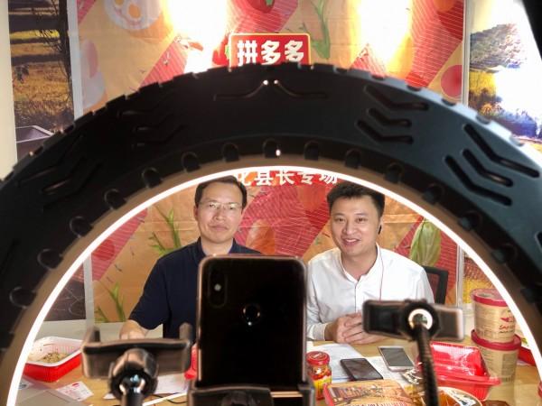 乡愁经济带动扶贫产品销售,33万消费者围观湖南新化县长直播泡面