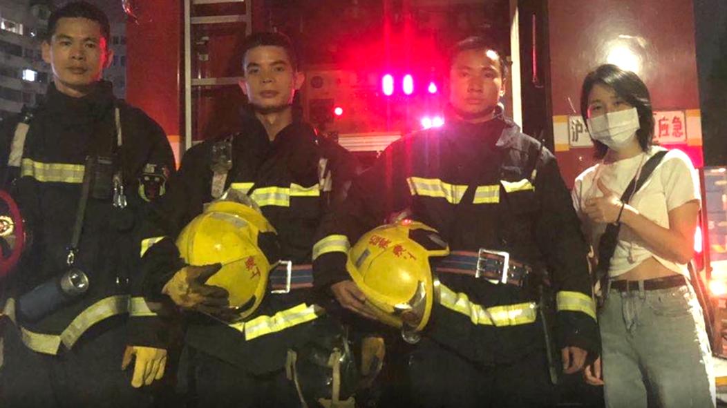视频 | 消防车灭火占车道  热心姑娘帮忙疏导车流