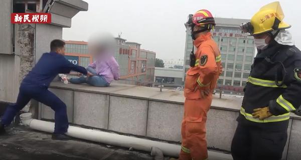 视频|女子坐在大楼顶端情绪失控 电光火石间他们出手了