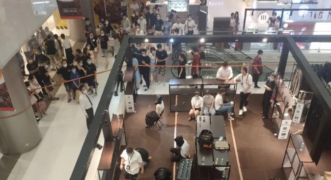 上海合生汇一店铺卖假货!涉案人员当场被警方控制!