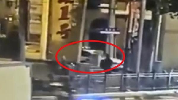 视频|路口目睹行窃现场 上海一热心市民凌晨上演百米追贼