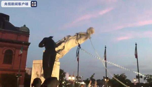 美国巴尔的摩市抗议者推倒哥伦布雕像,将其扔入该市的港口