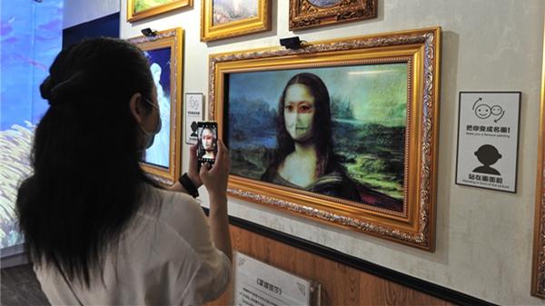 新民拍客 | 画中人和观众打招呼 未来艺术馆今迎客