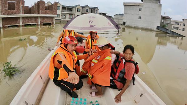 视频 | 初生宝宝急需送医被洪水围困,还好来了消防员