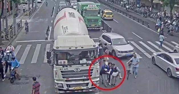 54岁上海爷叔2次钻入车底救人,这5分钟相当关键!