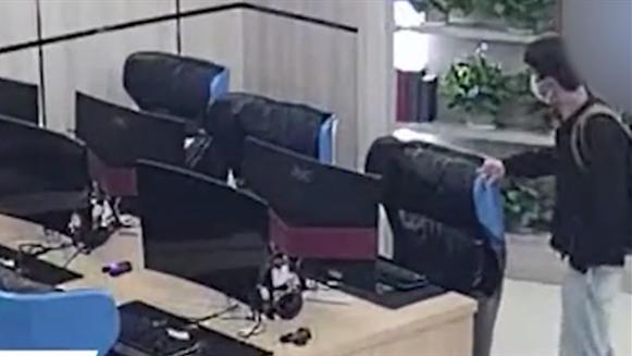视频   上海一男子深夜进出网吧不上网,专盯熟睡的人