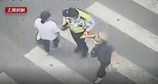 视频   老妇路口摔倒 民警父子接力帮助