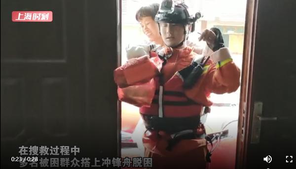 视频 上海消防员背出被困村民 她笑了