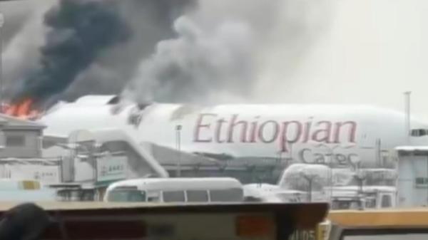 视频   上海浦东机场一货机起火 18辆消防车到场处置