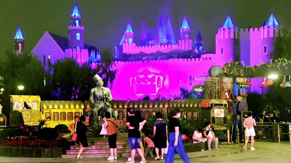 """视频   夜间的童话世界敞开大门 上海这座""""夜公园""""实现你的童话梦"""