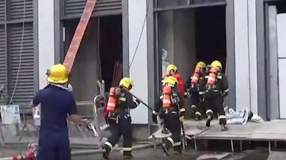 视频   高层建筑起火如何快速救援?普陀消防实战演练