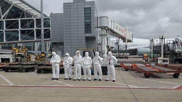 """穿着防护服忙碌的他们怎样了?新民晚报记者体验""""机场人""""的一天"""