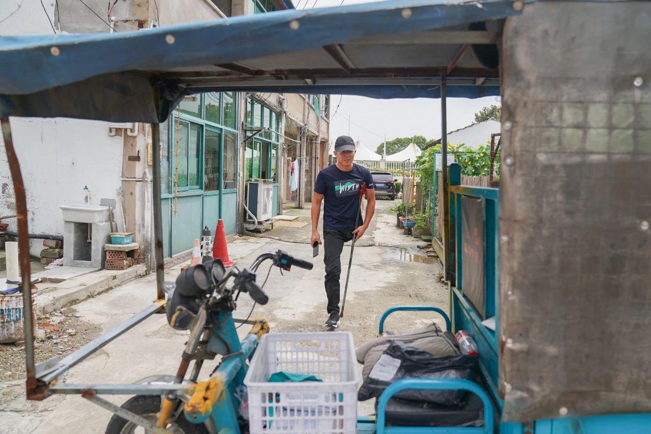 太励志!上海独腿快递小哥爬楼送货,一月用断3根拐杖!目标攒够100万!