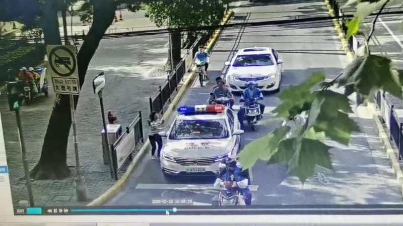 视频   父亲中风情况危急,送医途中女儿向警车求助
