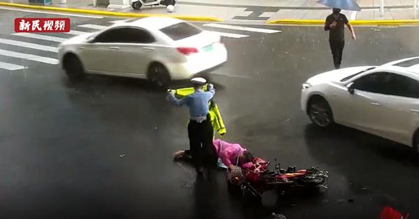视频   风雨中,上海这名辅警的举动温暖人心