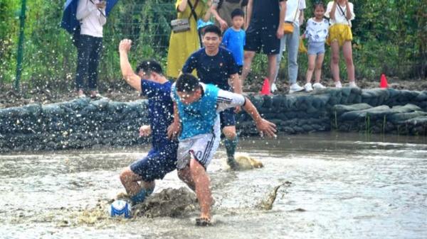 视频 | 踢一场乡村泥地足球赛 享受健身乐趣