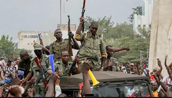 被乱兵释放后,75岁的马里前总统飞往海外|维和队伍死了几多人