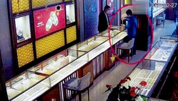 退休上海阿姨搬到五星酒店,花光30万积蓄后2次抢金店,竟是因为......