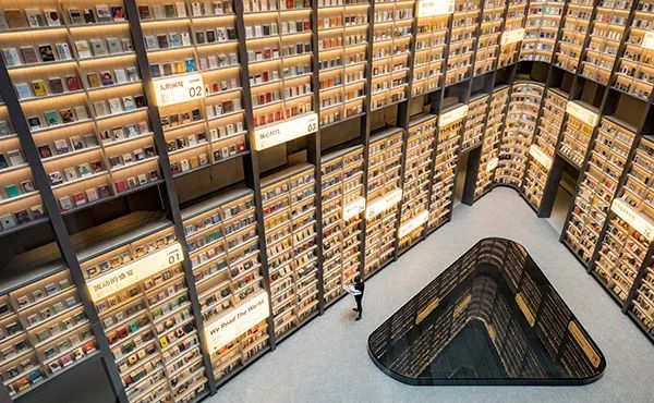 上海这家网红酒店搬来一座图书馆!10米书墙,8000本书包围!