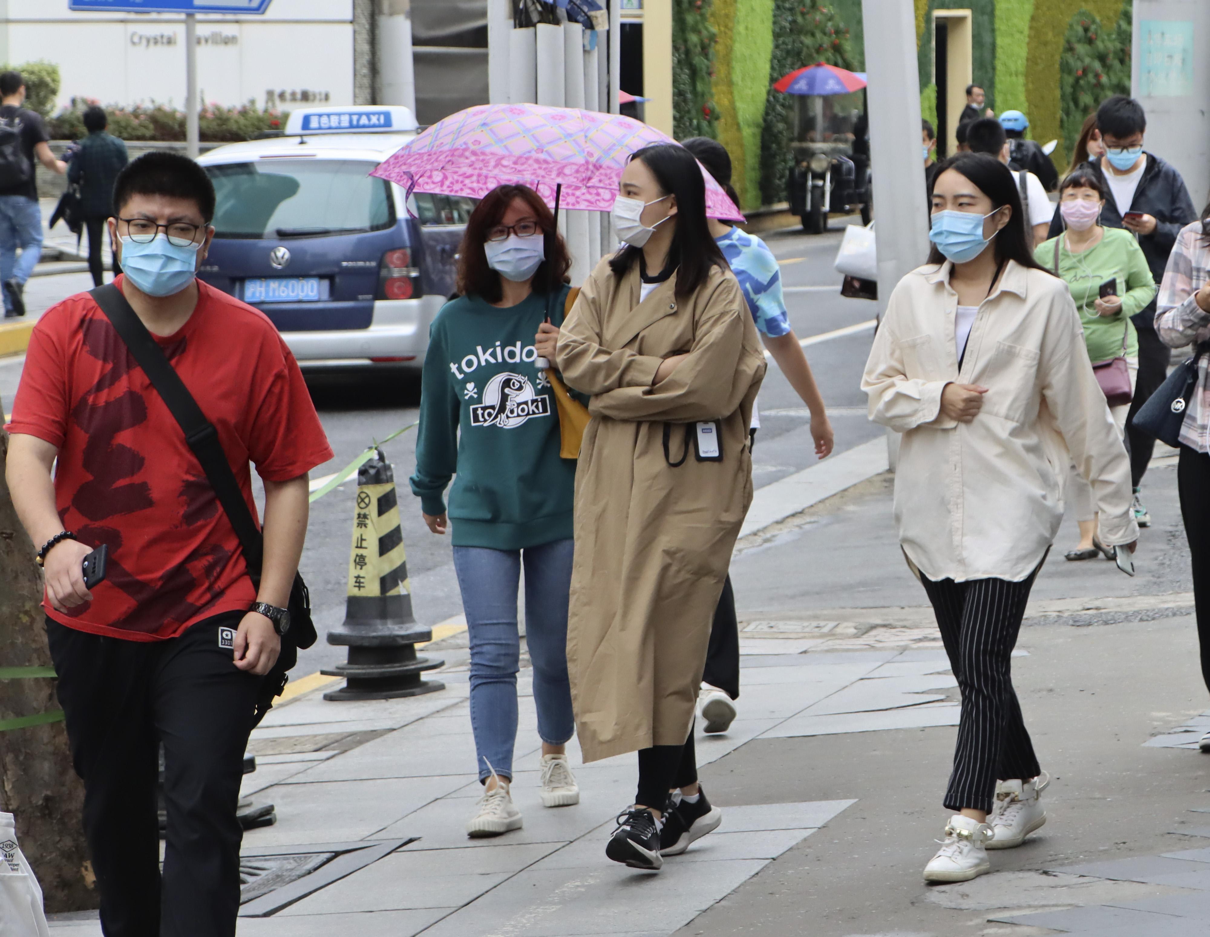 冷冷冷!今天上海人都冻得刮刮抖!有人羽绒有人短袖…