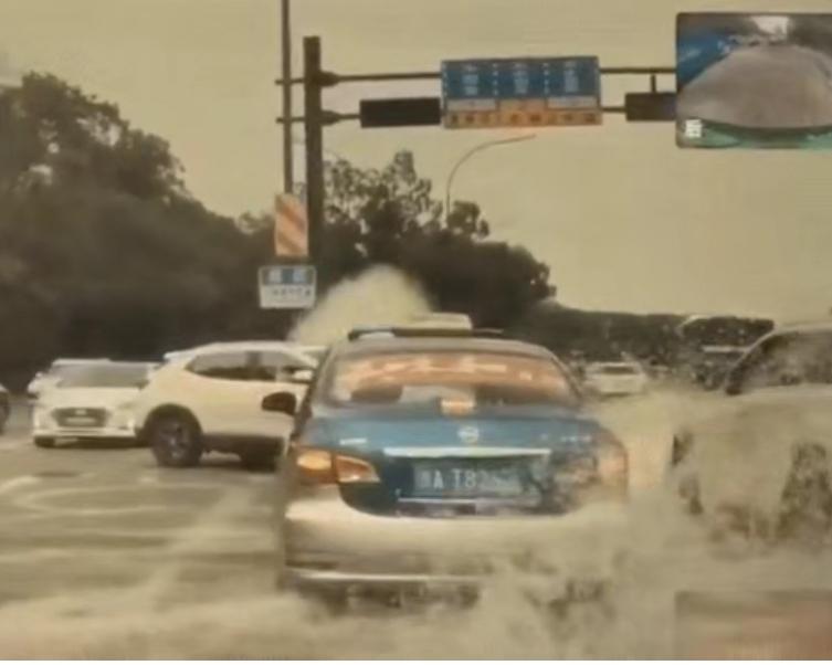 这里的潮水太猛!一个浪打过来,十几辆车瞬间漂移!