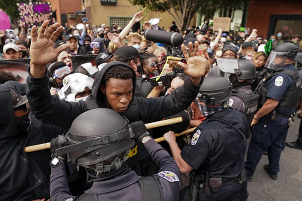 美国新一轮骚乱开始了,有人开枪射中了警察
