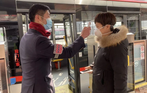 注意!即日起,市民乘坐公交车时,请一律佩戴口罩