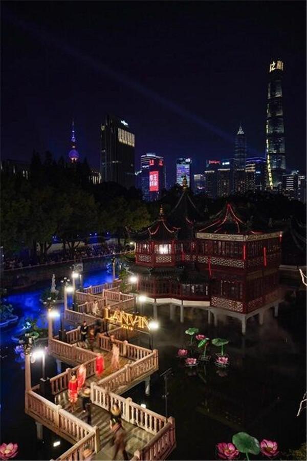 法国LANVIN时装秀移师上海 400多岁豫园九曲桥变身为T台