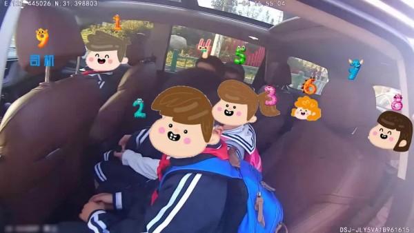 """上海小学生""""黑白配""""争坐警车!警察叔叔:以后就坐不到喽!"""
