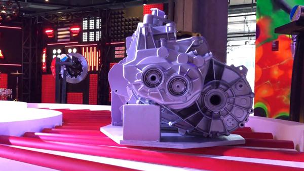 视频 | 轮胎机油化身装置艺术 展现汽车工业未来科技感