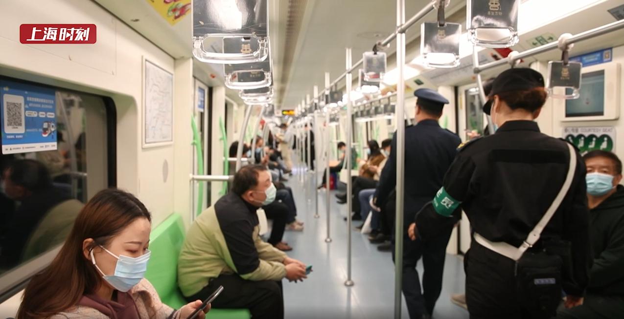 """上海地铁禁手机外放首日!乘客使出""""眼神大法""""劝退噪音!"""