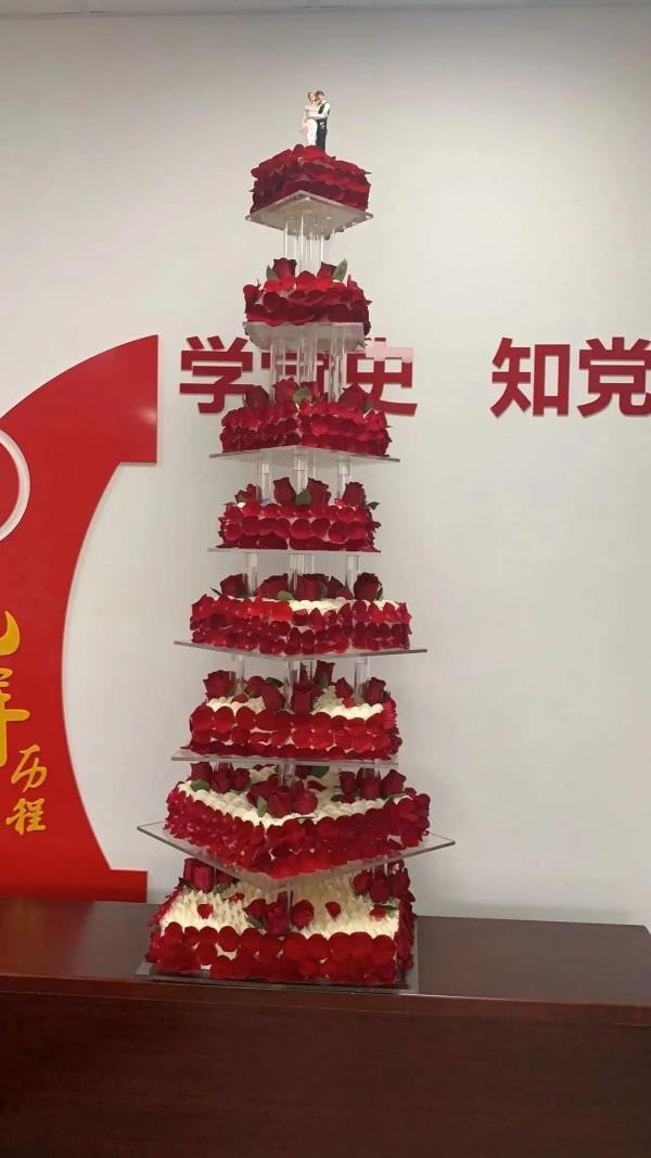 浦东医院惊现一只8层巨型婚礼蛋糕!背后的故事让人感动落泪!