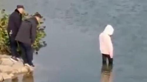 女子投河自尽,民警营救不力?涉事者被停职调查