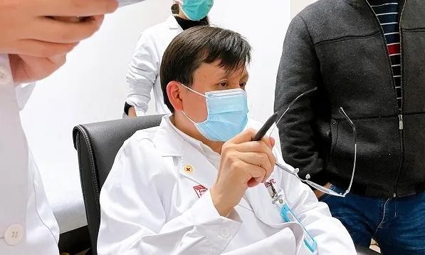 跟张文宏一起看门诊是什么体验?他拎着保温杯,戴上老花镜…